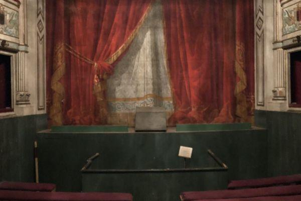 Les travaux n'ont pas encore débuté dans le théâtre, seule pièce restée dans son jus des années 1990.