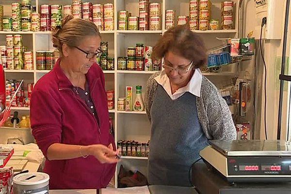 Alès (Gard) - passation de consignes entre bénévoles pour tenir l'épicerie du quartier de Rochebelle - octobre 2017.