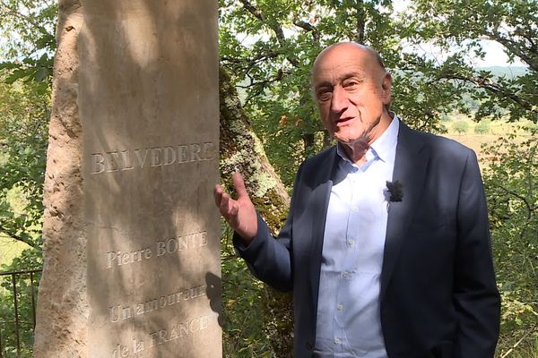 Pierre Bonte, fier de posséder un belvédère à son nom, dans la propriété de son ami à Cubjac en Dordogne
