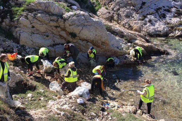 A côté des eaux claires de l'île du Frioul, des déchets se sont amoncelés sur les berges.
