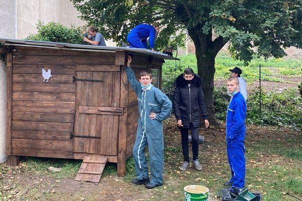 """Des jeunes de l'Office d'Hygiène Sociale """"Les Terrasses de Méhon"""" de Lunéville devant leur construction."""