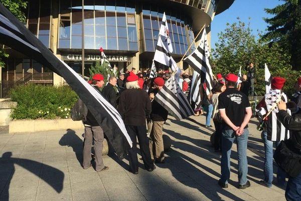 Bonnets Rouges et Gwenn ha-Du devant la cité judiciaire de Rennes