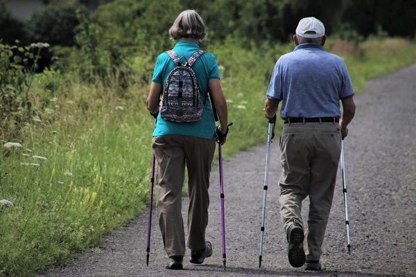 Des personnes âgées font une marche en plein air - Photo d'illustration