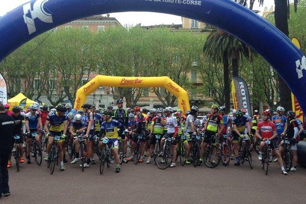 Le départ d'une course de la Cyclo'Corse sur la place Saint-Nicolas à Bastia, le 17 avril 2016.
