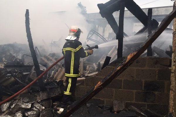 Une ancienne scierie de Souillac (46) a été ravagée par un incendie dans la nuit de jeudi à vendredi.