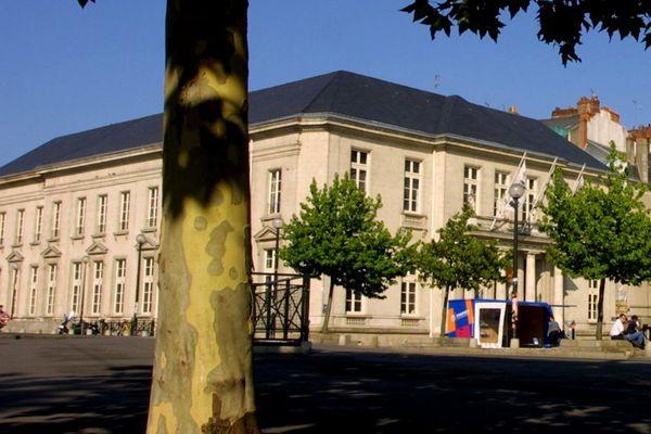 Le bâtiment du Palais de la Bourse à Nantes (ici en 2003) n'avait plus de statues depuis 1943