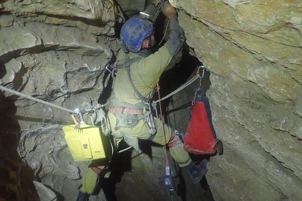 Les secours ont du équiper la cavité, l'élargir par endroit pour réaliser le secours du spéléoloogue.