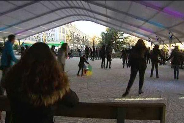 À Royan, la patinoire est constituée de glace.