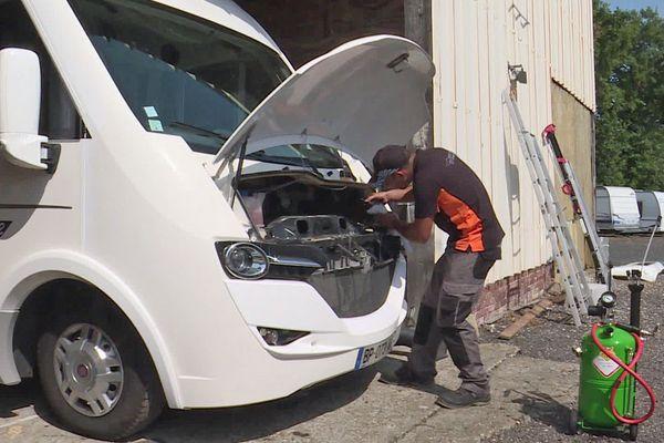 Matthieu Lebaillif en intervention sur le moteur du camping car d'un client