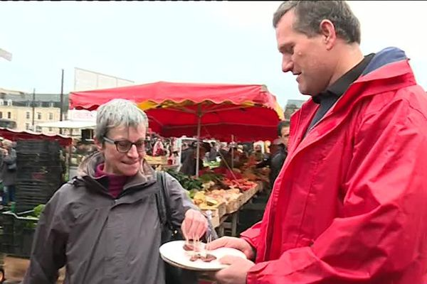 Les éleveurs bovins ont fait goûter leur production aux visiteurs du marché.
