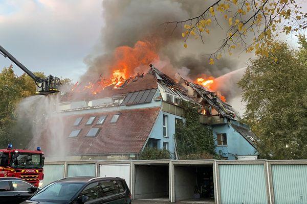Un gros incendie a touché un bâtiment d'habitation au 50 rue des Bâteliers, à Mulhouse.