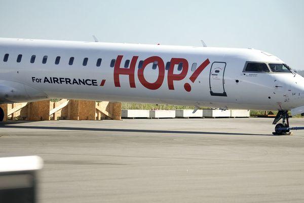 Un avion de la compagnie aérienne Hop! sur le tarmac de l'aéroport de Morlaix (avril 2017)