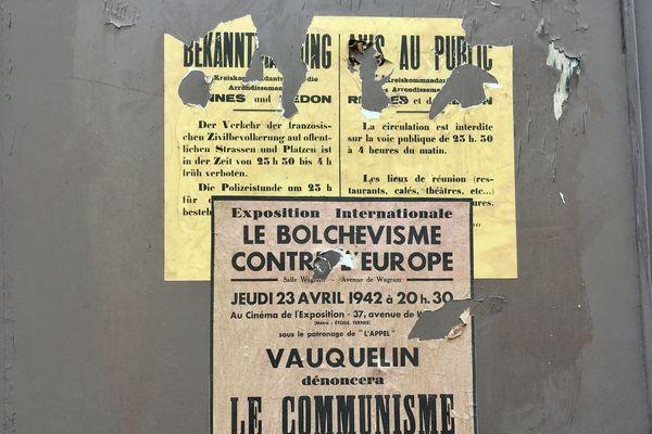 Sur les murs, on trouve également des affiches antibolchéviques.