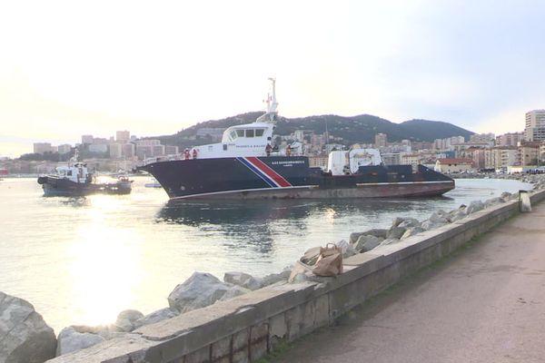 """""""Îles Sanguinaires II"""", le navire des phares et balises, échoué depuis le passage de la tempête Bella fin décembre dernier à Ajaccio, a été remis à l'eau ce vendredi 8 janvier."""