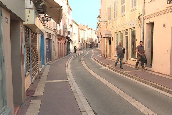 Les commerces sont fermés et les rues presque vides.