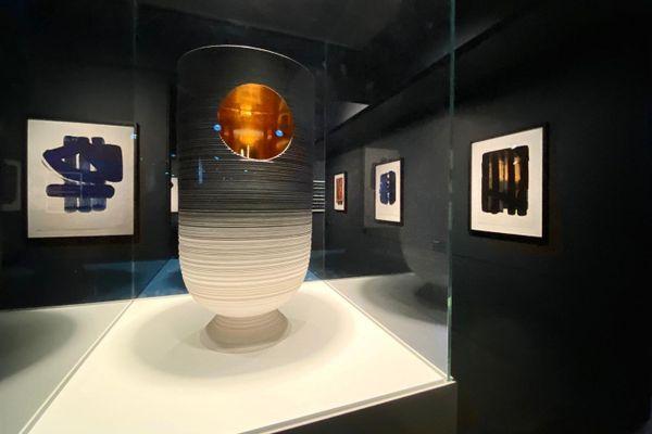 Rodez - Le vase de Sèvres de Pierre Soulages est exposé au musée Soulages - archives