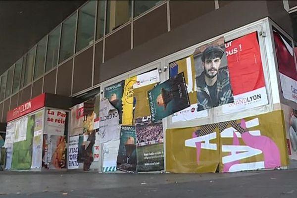 L'entrée de la Métropole de Lyon, entièrement recouverte de panneaux et affiches, le 24 mars 2019. Photo d'archive.