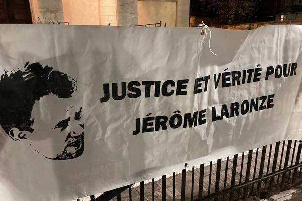 Un rassemblement hommage à Jérôme Laronze est organisée square de la paix à Mâcon.