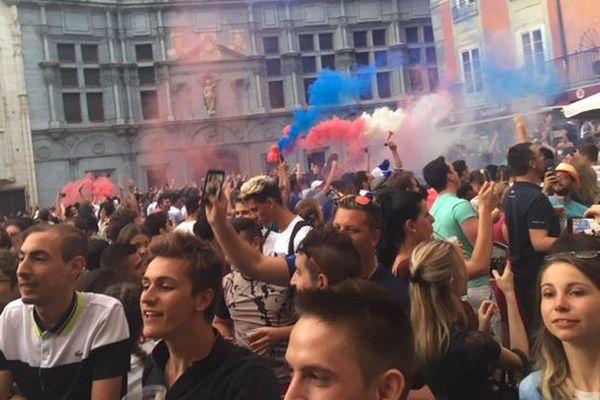 Dans le centre-ville de Grenoble, les supporters des bleus étaient nombreux ce mardi soir.
