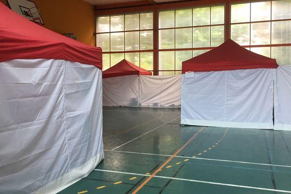Des tentes dans un gymnase à Rennes pour l'hébergement de migrants
