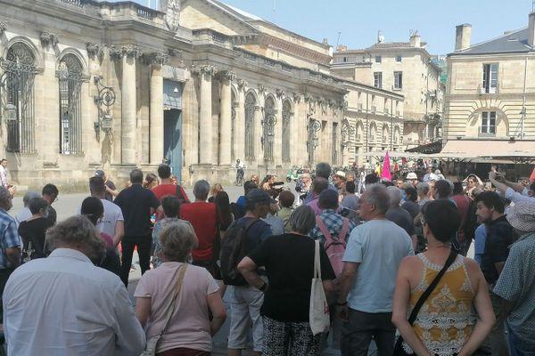 Les manifestants se sont réunis devant la mairie où une délégation a été reçue.