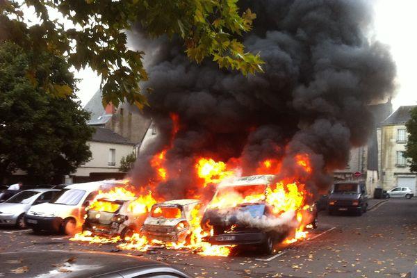 Huit véhicules ont pris feu dimanche matin, place Lamartine à Tours