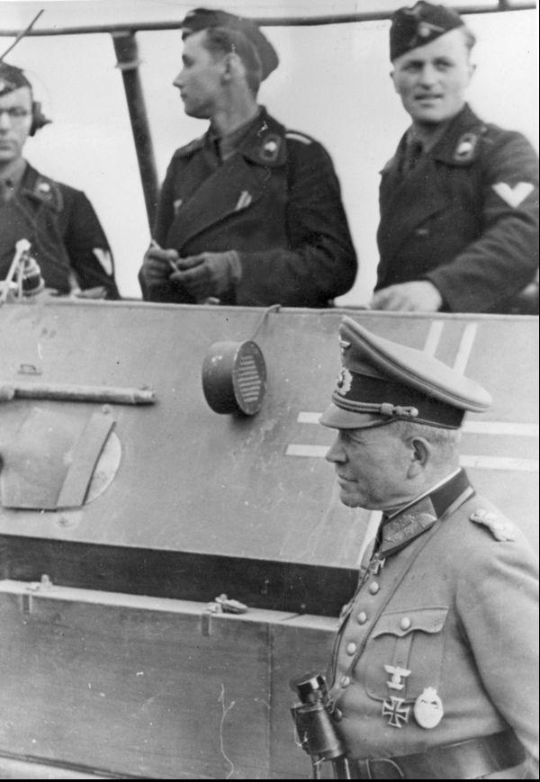 Le général allemand Heinz Guderian (en bas, à droite).