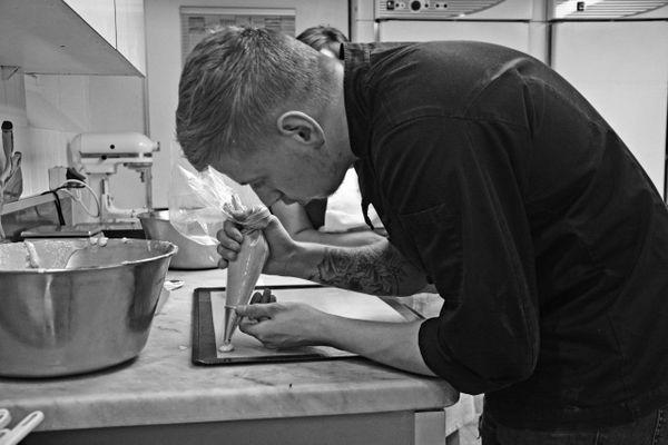 Maxime Becker propose des directs pour présenter ses créations de pâtisserie.