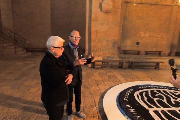 """Anne et Patrick Poirier devant """"Memoria Mundi"""", leur oeuvre à l'entrée de l'abbaye du Thoronet dans le Var."""