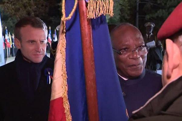 Les deux présidents saluent les porte-drapeaux