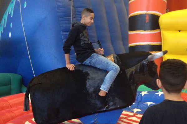 Parkafun à Clermont-Ferrand propose de nombreux jeux pour les enfants et adolescents comme ce taureau mécanique.