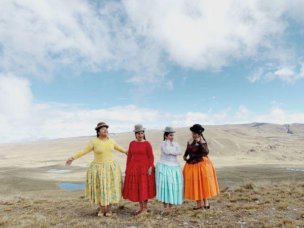 Les flying Cholitas et leurs attributs masculins.