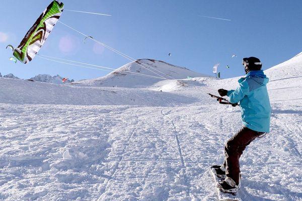 Le col du Lautaret, dans les Hautes-Alpes, terrain de jeu des amateurs de snowkite.
