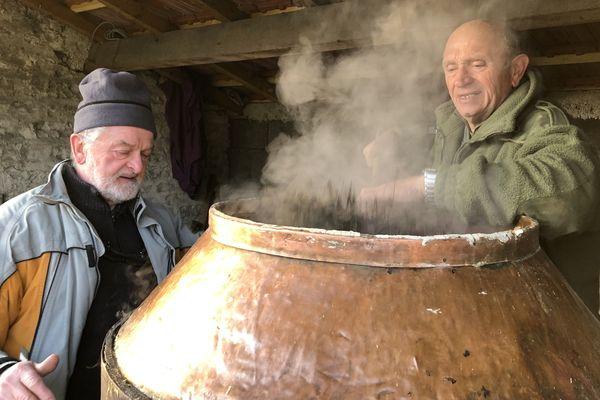 Daniel Milesi et Bernard Madej perpétuent la tradition des bouilleurs de cru.