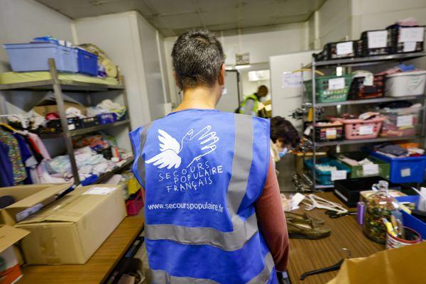 Des bénévoles dans un local du Secours Populaire