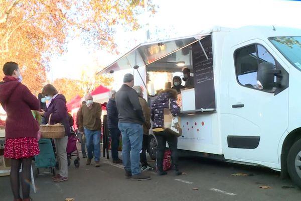 Les clients du food truck du chef étoilé sur le marché d'Agen le dimanche 29 novembre 2011