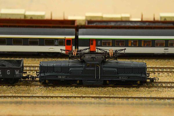 Des dizaines de locomotives se croisent
