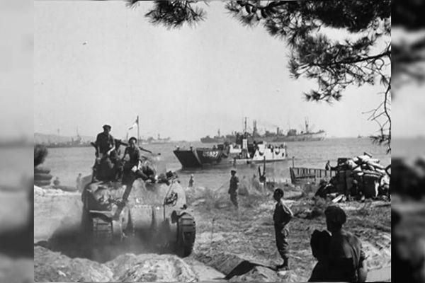 Un char en déplacement lors du débarquement de Provence.