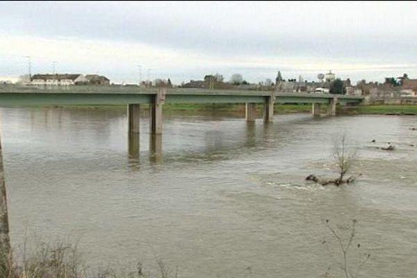 15 000 véhicules empruntent chaque jour le pont qui relie Jargeau à St Denis de l'Hôtel (Loiret). Une saturation de trafic qui motive le doublement du pont en aval, selon le Département du Loiret.