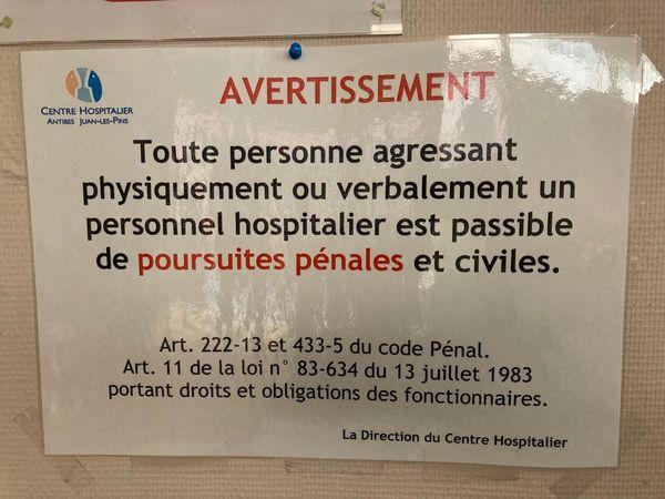 Dans les couloirs de l'hôpital des panneaux avertissant les visiteurs ou les patients des poursuites qu'ils encourent en cas d'actes d'incivisme.
