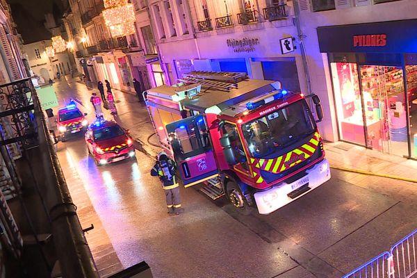 Les pompiers sont revenus rue du Bourg à Dijon en fin de journée ce dimanche 3 janvier après de nouveaux dégagements de fumée signalés par des riverains.