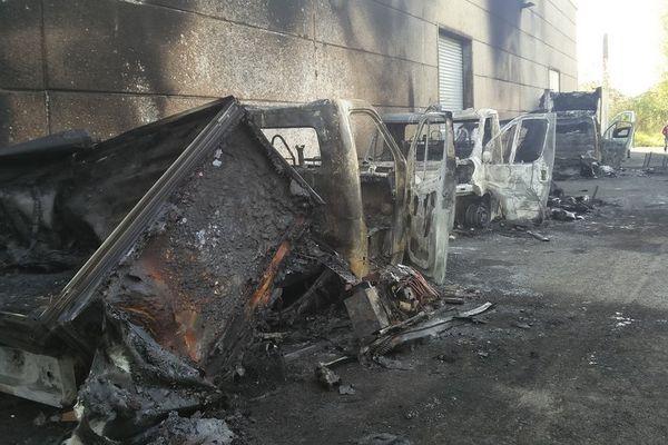 Les véhicules des Restos du Coeur de Wattrelos ont été complètement détruits par les flammes.