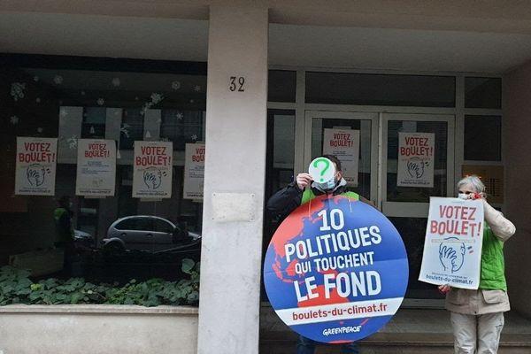 Dans le 3è arrondissement de Lyon, la permanence de la Députée du Rhône LREM Anna Brugnera a été placardée de quelques affiches par 5 ou 6 militants de l'association Greenpeace