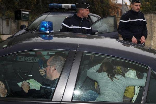 Barjac (Gard) - Chloé cachée par sa mère arrive chez elle sous escorte de gendarmerie - 17 novembre 2012.