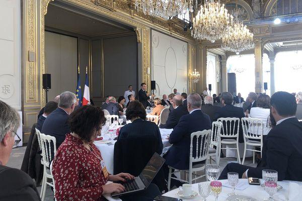 Emmanuel Macron débattant avec les élus des Hauts-de-France à l'Elysée.