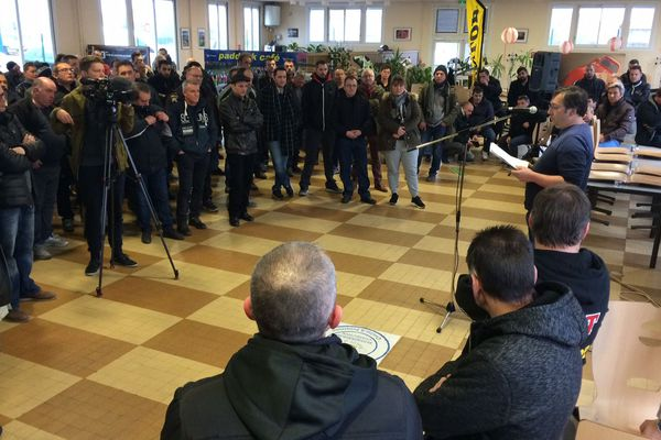 Syndicats et salariés mobilisés contre la restructuration des effectifs de l'usine Dunlop à Montluçon dans l'Allier.