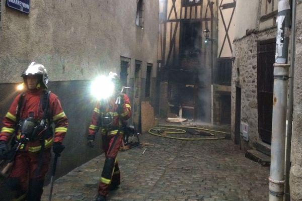 Les pompiers tentent de circonscrire l'incendie qui s'est déclaré au numéro 40 de la rue de la Boucherie et s'est propagé à l'immeuble voisin.