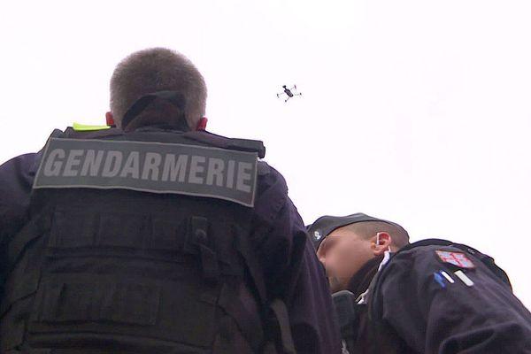 Dans la Nièvre, les forces de l'ordre font appel à un drone équipé d'un haut-parleur pour diffuser des messages de prévention contre le coronavirus COVID-19