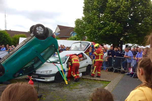 Manoeuvre de secours routier à l'occasion de la journée nationale des pompiers, à la caserne de Bessines-sur-Gartempe.