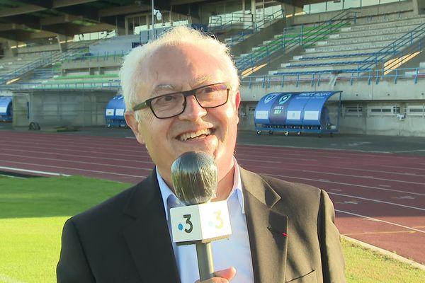 Guy Cotret au micro de France 3 Poitou-Charentes